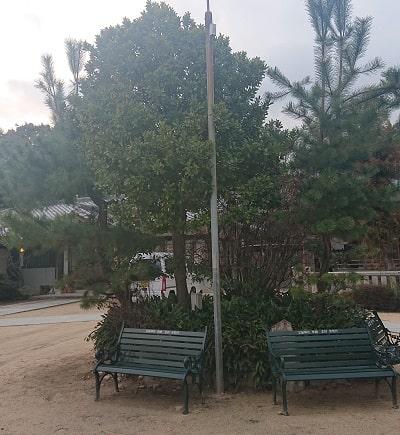 宝塚神社のベンチ