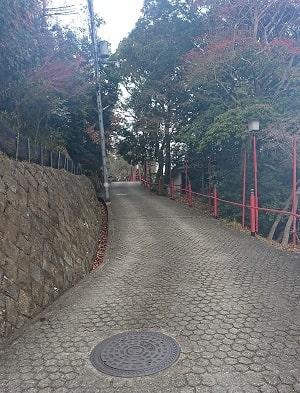 宝塚神社への坂道