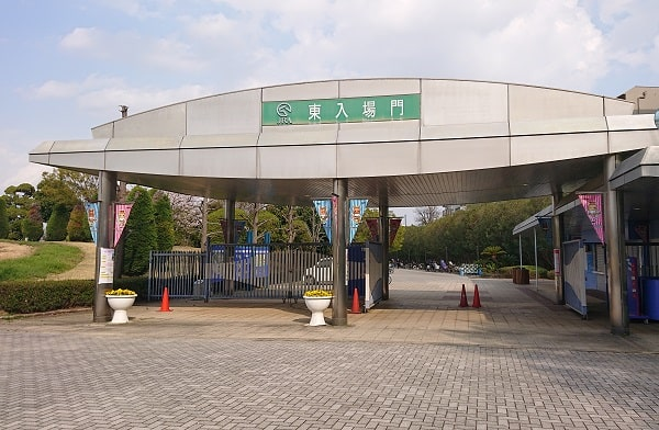 阪神競馬場の東入場門