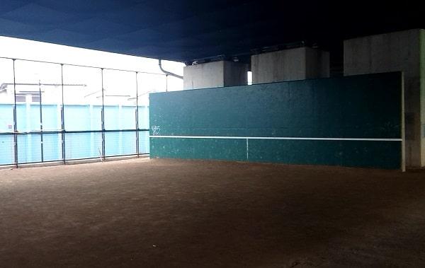 宝塚市の高架下のテニス
