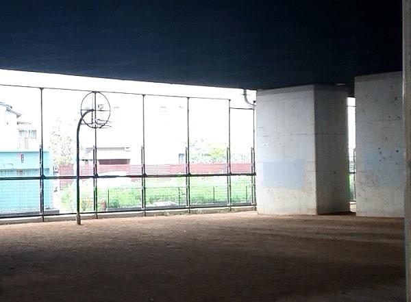 高架下のバスケットボール