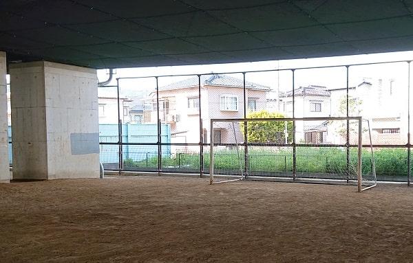 高架下のサッカーゴール