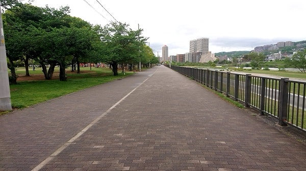 末広中央公園の横の道路