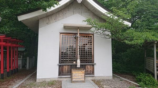 塩尾寺の休憩所で参拝