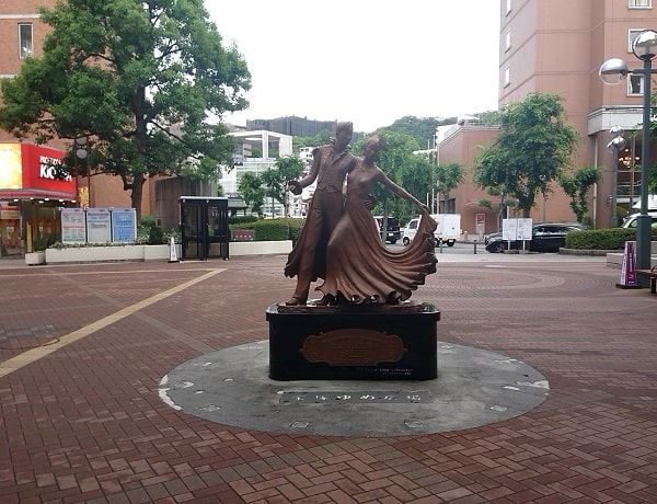 阪急宝塚駅の像