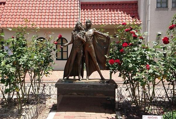 宝塚大劇場前の銅像