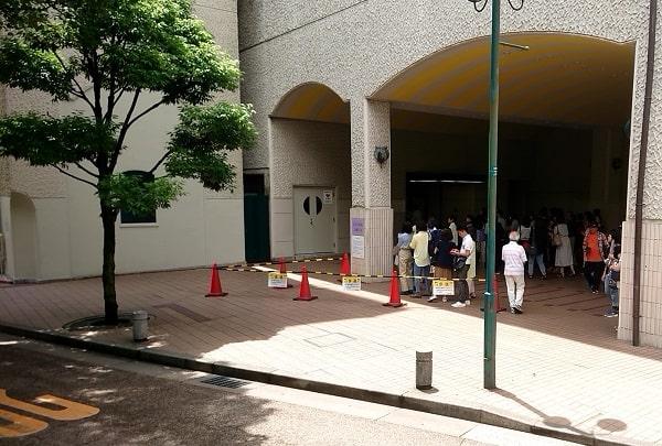 宝塚歌劇の楽屋口で入り待ち