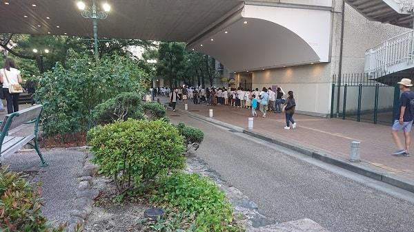 宝塚歌劇前の行列